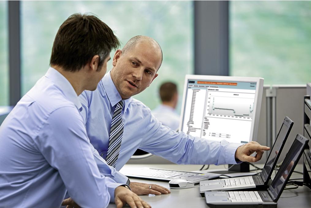 Zwei Arbeiter besprechen am Arbeitsplatz den 3D-Druck